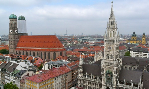 München Panorama mit Frauenkirche, Theatinerkirche und Olympiazentrum