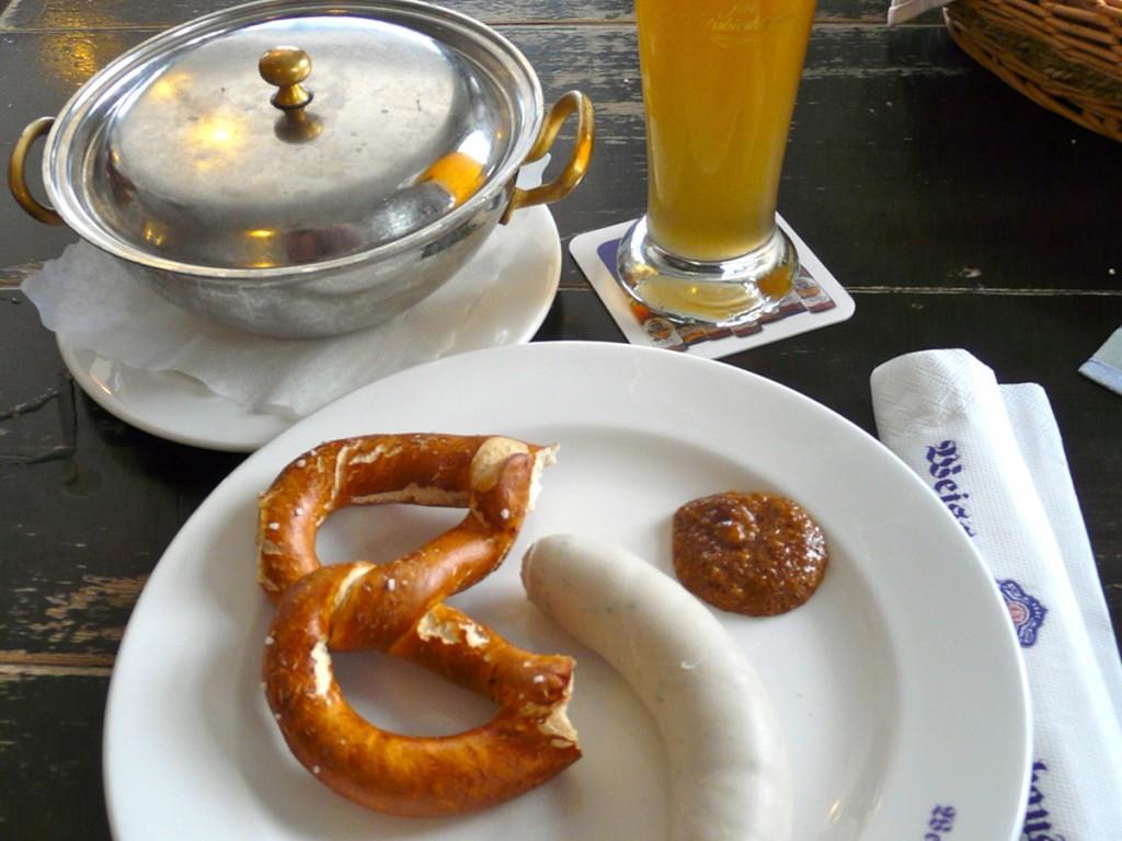 Weißwurstfrühstück mit Weißwurst, Weißbier, Brezn und süßem Senf