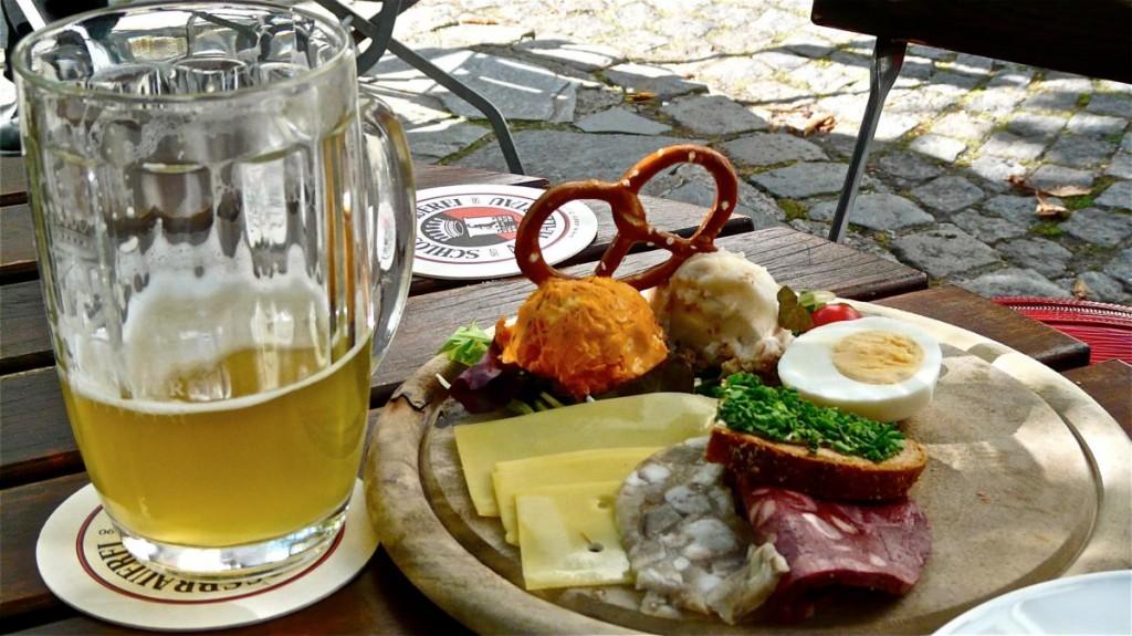 Brotzeit im Biergarten der Schloßbrauerei Au